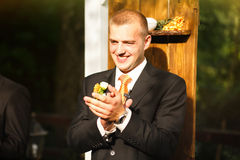 Невеста шикарного стильного счастливого groom ждать около деревянного свода для Стоковые Изображения RF