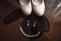 Невеста ювелирных изделий свадьбы лежа на стеклянном столе стоковые фотографии rf