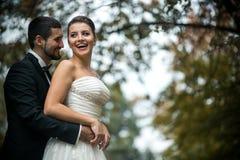 Невеста Groom обнимая от задней части стоковые фотографии rf