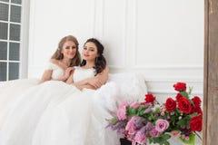 2 невесты на свадьбе wedding белокурая подруга брюнет Стоковое Изображение