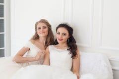 2 невесты на свадьбе wedding белокурая подруга брюнет Стоковые Фотографии RF