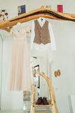 Невесты свадьбы одевают и вид костюма grooms на декоративной ветви Стоковая Фотография