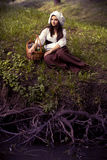 Невиновная средневековая девушка в крышке на реке с выхватами Стоковое Фото