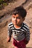 Невиновная усмешка индийского ребенка Стоковое Изображение