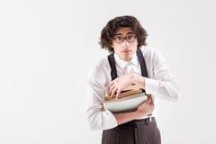Невиновный интеллектуальный человек держа тома Стоковое Фото