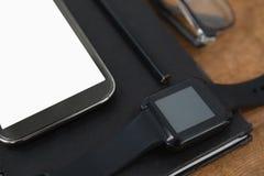 дневник, умный вахта, карандаш, smartphone и зрелища на деревянной предпосылке Стоковое Изображение RF
