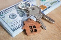 Недвижимость инвестируя концепцию Американские доллар, наличные деньги и снабжение жилищем Конец-вверх ключей стоковое изображение rf