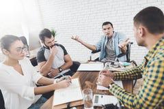 Недоразумение во время встречи между коллегами Они делают слабонервный переговор в офисе Стоковые Изображения RF