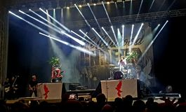 Нежити на сцене в концерте, римские арены Голливуда, Бухарест, Румыния стоковая фотография rf