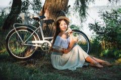 Нежная девушка под теплыми лучами солнца лета стоковая фотография rf