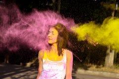 Нежная женщина брюнет при короткие волосы играя с взрывать Hol стоковые фотографии rf
