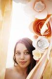 Нежная женщина среди бумажных цветков Стоковые Изображения RF