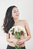 Нежная милая красивая маленькая девочка лета с кожей топлесс тела совершенной держит цветки camomiles Белая предпосылка Стоковое фото RF