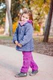Нежная, смешная девушка в парке, в дне солнца Стоковые Изображения RF