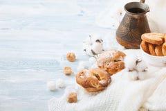 Нежное пирожное, печенья в шаре на белой деревянной предпосылке, с фисташками Космос для текста стоковая фотография rf