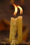 Нежность сфокусированная света свечей Золотой свет пламени свечи Стоковая Фотография