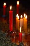 Нежность сфокусированная света свечей Золотой свет пламени свечи Стоковое фото RF
