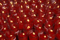 Нежность сфокусированная света свечей Золотой свет пламени свечи Стоковая Фотография RF