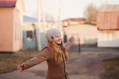 нежность счастливого объектива девушки фокуса напольная Стоковые Фотографии RF