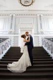 Нежно обнятый groom невесты стоковые изображения