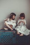 Нежные девушки сестры ретро, говорить и обнимать Стоковая Фотография