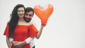 Нежные пары красота девушки и ее красивого парня, держащ сердце в форме воздушных шаров и поцелуев Счастливый акции видеоматериалы