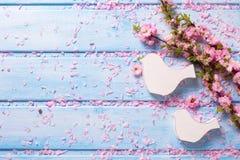 Нежные розовые цветки Сакуры и белая деревянная декоративная птица 2 Стоковое Фото