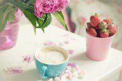 Нежные цветки розовые пионы, кофе стоковые фото