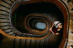 Нежные, чувственные, сладостные, запальчиво пары представляя и держа руки на предпосылке винтажных мраморных лестниц в Львове Стоковые Фотографии RF