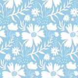 Нежный белый цветочный узор на голубой предпосылке стоковые изображения