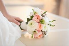 Нежный букет роз в руках ` s невесты Стоковая Фотография RF