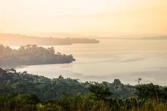 Нежный и мягкий желтый свет на зоре над Lake Victoria стоковые изображения rf