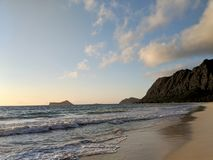 Нежный подол волны на пляже Waimanalo смотря к острову кролика стоковые изображения rf
