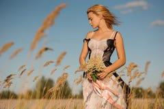 Нежный портрет белокурой девушки в женское бельё на поле Стоковое Изображение
