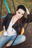 Нежный портрет красивой девушки на качании Стоковое Изображение