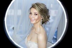 Нежный портрет красивой милой счастливой невесты с составом красивого hairdo праздничным ярким в платье свадьбы с серьгами стоковые изображения