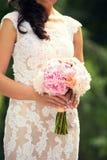 Нежный bridal букет в руках Стоковая Фотография