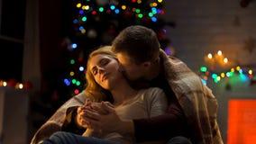 Нежный X-mas траты пар совместно, руки дам человека придавая форму чашки и целовать ее стоковая фотография