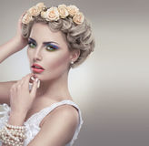 Нежый портрет красотки невесты с розами wreath Стоковое Изображение