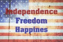Независимость, свобода, счастье, надпись на предпосылке флагов США на бетонной стене День независимости Америка стоковое фото rf
