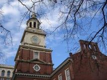 Независимость Hall, Филадельфия, Пенсильвания, США, здание и статуя стоковые фотографии rf