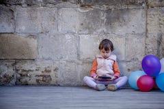независимо Девушка ребенка дела работая удаленно outdoors Humoro стоковое фото