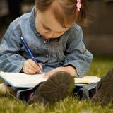 независимо Девушка ребенка дела работая outdoors Юмористическое pictur стоковая фотография
