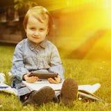 независимо Девушка ребенка дела работая outdoors Юмористическое pictur стоковое фото rf