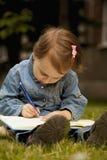 независимо Девушка ребенка дела работая outdoors Юмористическое pictur стоковое изображение rf