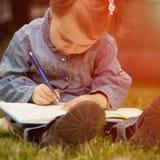 независимо Девушка ребенка дела работая outdoors Юмористическое pictur стоковые фото