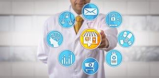 Независимый розничный аптекарь начиная E-фармацию стоковые фотографии rf
