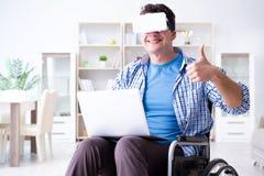 Независимый студент изучая с компьтер-книжкой и стеклом виртуальной реальности Стоковое фото RF