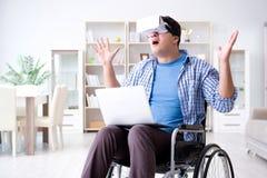 Независимый студент изучая с компьтер-книжкой и стеклом виртуальной реальности Стоковая Фотография RF