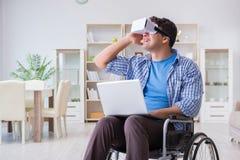 Независимый студент изучая с компьтер-книжкой и стеклом виртуальной реальности Стоковое Фото